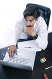 Homem de negócios em sua mesa Imagens de Stock