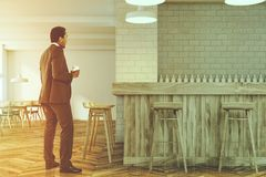 Homem de negócios em um interior moderno da barra Imagens de Stock