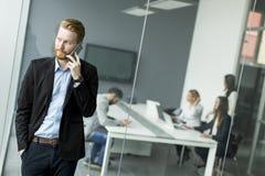 Homem de negócios em um telefone Fotografia de Stock Royalty Free