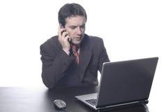 Homem de negócios em um terno atrás da foto de stock