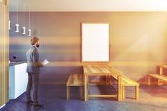 Homem de negócios em uma cozinha rústica, cartaz do quadro Foto de Stock Royalty Free