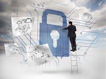 Homem de negócios em uma escada que seleciona um cadeado gigante Imagens de Stock Royalty Free