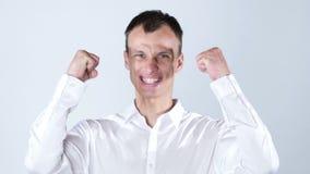Homem de negócios energético muito feliz, boa notícia filme