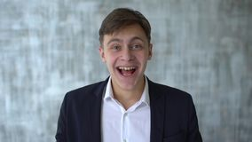 Homem de negócios energético muito feliz, boa notícia Vencedor, conceito do sucesso Homem novo extático feliz ou estudante mascul filme