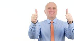 Homem de negócios entusiástico Smile e para fazer acima os polegares dobro e bons gestos do trabalho video estoque