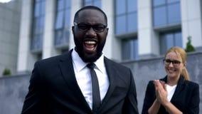 Homem de negócios entusiasmado que comemora o crescimento bem sucedido da partida, o pessoal e da carreira fotos de stock