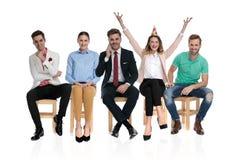 Homem de negócios entusiasmado super que comemora com mãos no ar foto de stock royalty free