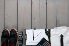 Homem de negócios, equipamento do trabalho no fundo de madeira cinzento Camisa branca com traje de cerimônia, relógio, correia, s Fotos de Stock