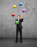 Homem de negócios ereto que joga bolas do símbolo de moeda Imagem de Stock