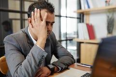 Homem de negócios esgotado cansado do trabalho imagens de stock royalty free