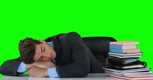 Homem de negócios esgotado que dorme na mesa video estoque