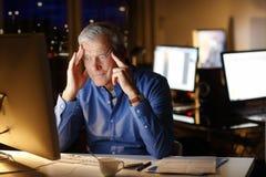 Homem de negócios esgotado Working Late Night fotos de stock