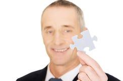 Homem de negócios esperto que guarda um enigma Foto de Stock
