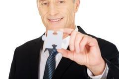 Homem de negócios esperto que guarda um enigma Imagens de Stock