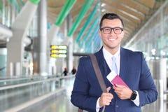 Homem de negócios estrangeiro feliz com sua autorização de trabalho legal imagem de stock royalty free