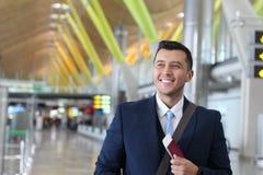 Homem de negócios estrangeiro feliz com sua autorização de trabalho legal foto de stock
