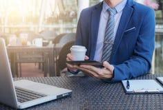 Homem de negócios executivo que trabalha analisando o investimento usando a tabuleta fotos de stock royalty free