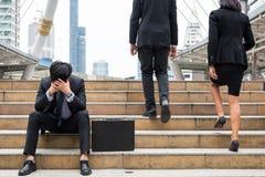 Homem de negócios falhado triste na cidade imagens de stock royalty free