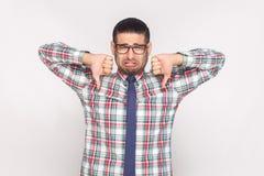 Homem de negócios farpado infeliz triste na camisa quadriculado colorida, azul foto de stock royalty free