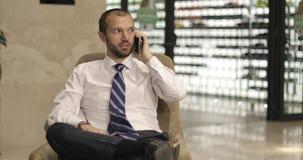 Homem de negócios farpado na camisa branca vídeos de arquivo