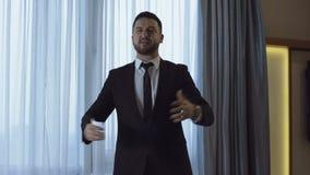 Homem de negócios farpado que corre com o discurso e praticar video estoque