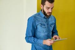 Homem de negócios farpado Using Digital Tablet imagens de stock royalty free