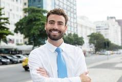 Homem de negócios feliz com barba e laço azul na cidade Imagem de Stock Royalty Free