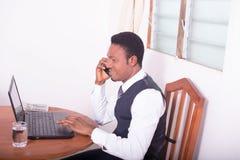 Homem de negócios feliz com computador Fotos de Stock Royalty Free