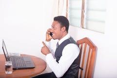 Homem de negócios feliz com computador Fotografia de Stock Royalty Free