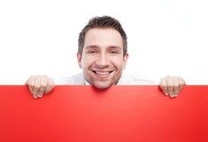 Homem de negócios feliz com o quadro de avisos vermelho em branco Fotografia de Stock