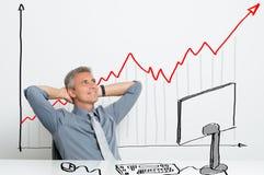 Homem de negócios feliz com parte crescente imagem de stock
