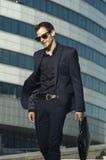 Homem de negócios feliz com pasta à disposição Foto de Stock Royalty Free