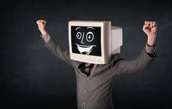 Homem de negócios feliz com uma cabeça do monitor do PC e uma cara do smiley Fotos de Stock