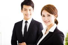 Homem de negócios feliz e mulher que estão no escritório foto de stock royalty free