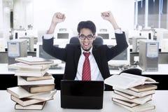 Homem de negócios feliz em cima do projeto bem sucedido fotos de stock royalty free