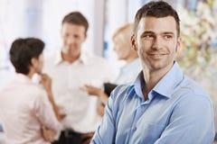 Homem de negócios feliz no escritório fotografia de stock royalty free