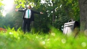 Homem de negócios feliz novo que aprecia a vida, inspirada por natureza na floresta bonita fotos de stock