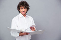 Homem de negócios feliz que está com dobrador Fotos de Stock Royalty Free