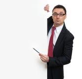 Homem de negócios feliz que guardara o quadro de avisos vazio imagem de stock