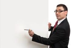 Homem de negócios feliz que guardara o quadro de avisos vazio fotos de stock royalty free