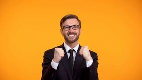 Homem de neg?cios feliz que mostra sim o gesto, comemorando a promo??o, emprego imagem de stock
