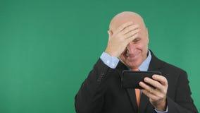 Homem de negócios feliz Smile e para gesticular lendo um texto do telefone celular imagem de stock