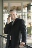 Homem de negócios feliz Using Cell Phone fotos de stock royalty free