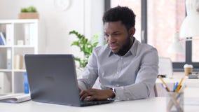 Homem de negócios forçado com o portátil no escritório video estoque