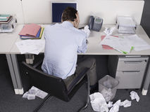 Homem de negócios forçado At Office Desk Fotografia de Stock Royalty Free