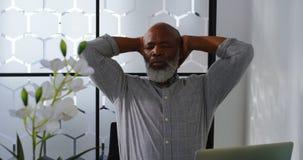 Homem de negócios forçado que senta-se na mesa 4k video estoque