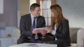 Homem de negócios de forma convincente do cliente do gerente de vendas da mulher para comprar o produto video estoque