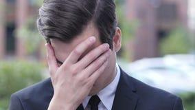 Homem de negócios frustrante virado Portrait, falha, exterior filme