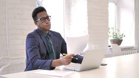 Homem de negócios frustrante Working em documentos, documento video estoque