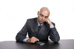 Homem de negócios furado novo, trabalhando na mesa Imagem de Stock Royalty Free